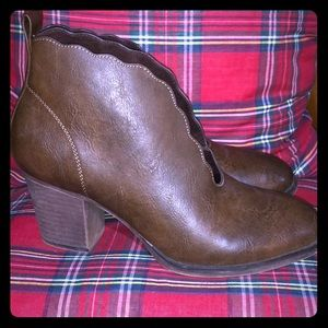 Scalloped brown bootie👢👢